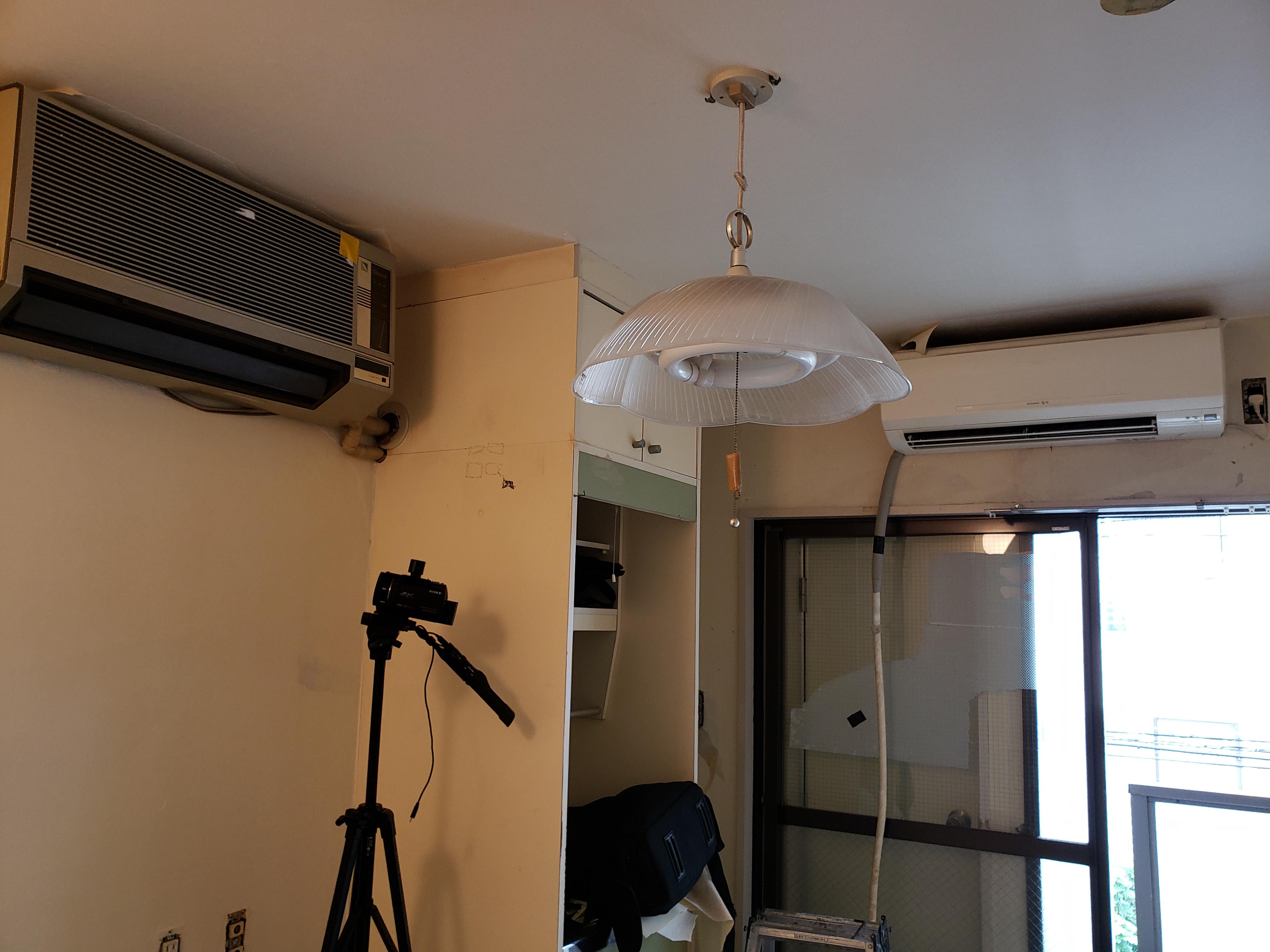 今回は東京都新宿百人町の現場です。4.5畳広さのワンルームにエアコンが2個??異様な風景^^