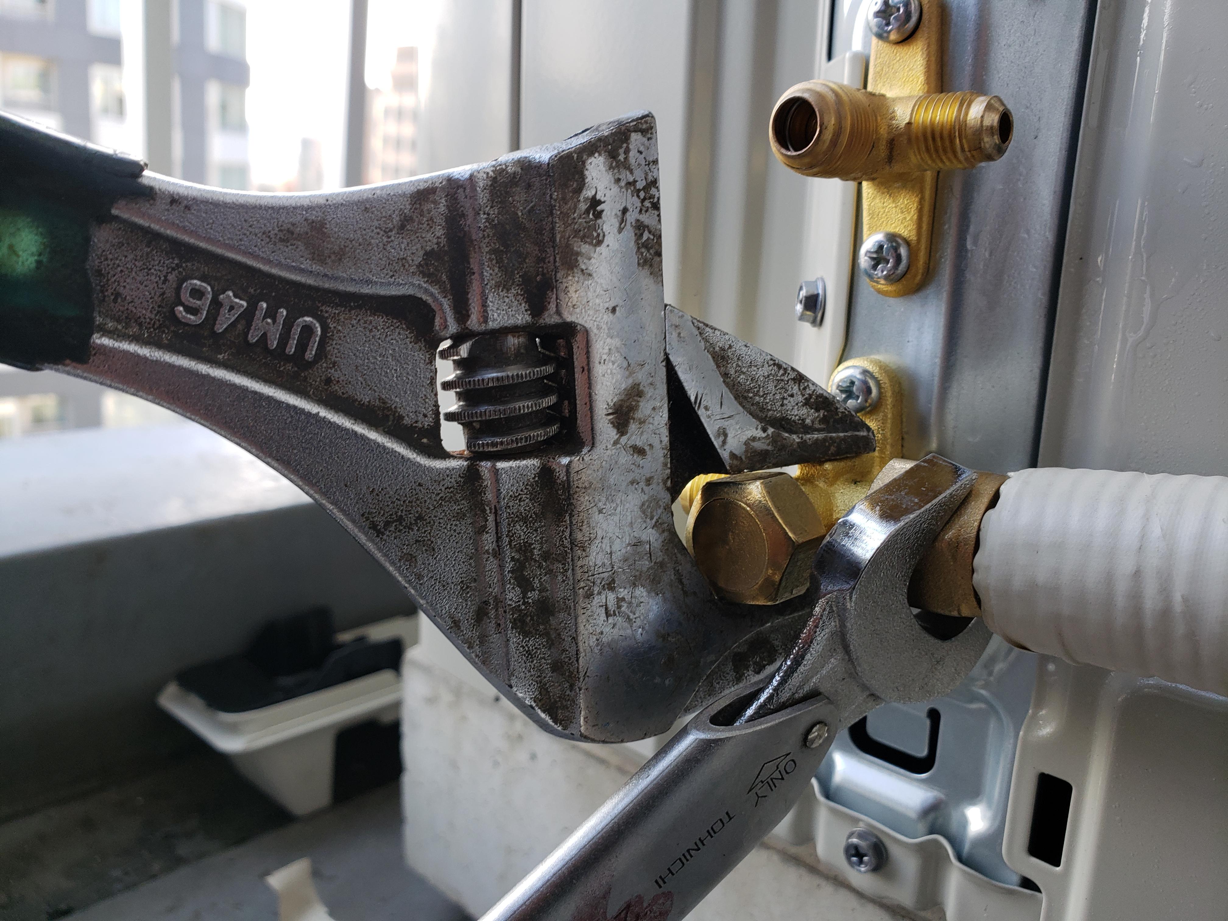 冷媒管と室外機の3方弁、2方弁をつなげる作業