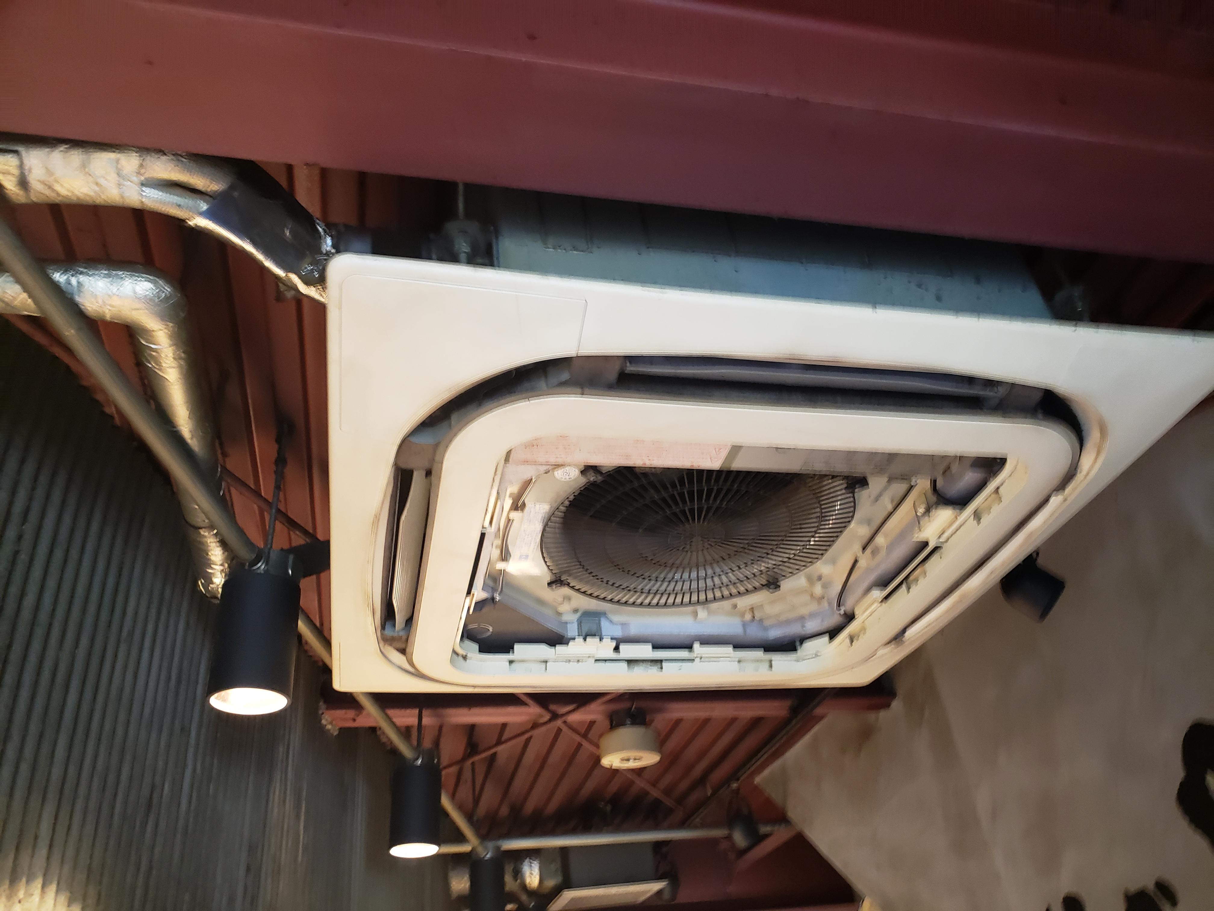 店の用務用エアコン、掃除してますか?室内機の上にはネズミの巣が。。。